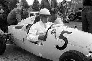 Un joven Stirling Moss se sienta en un Cooper