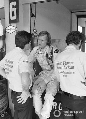 Ronnie Peterson in discussion with new Lotus designer Ralph Bellamy