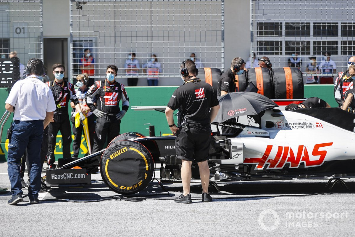 Kevin Magnussen, Haas VF-20, on the grid
