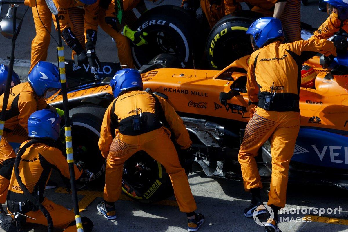 Carlos Sainz Jr., McLaren MCL35, fa una sosta