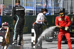 Валттери Боттас, Mercedes-AMG Petronas F1 и Шарль Леклер, Ferrari на церемонии награждения