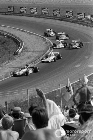 Mike Hailwood, Surtees TS9B Ford precede Carlos Reutemann, Brabham BT37 Ford e Clay Regazzoni, Ferrari 312B2