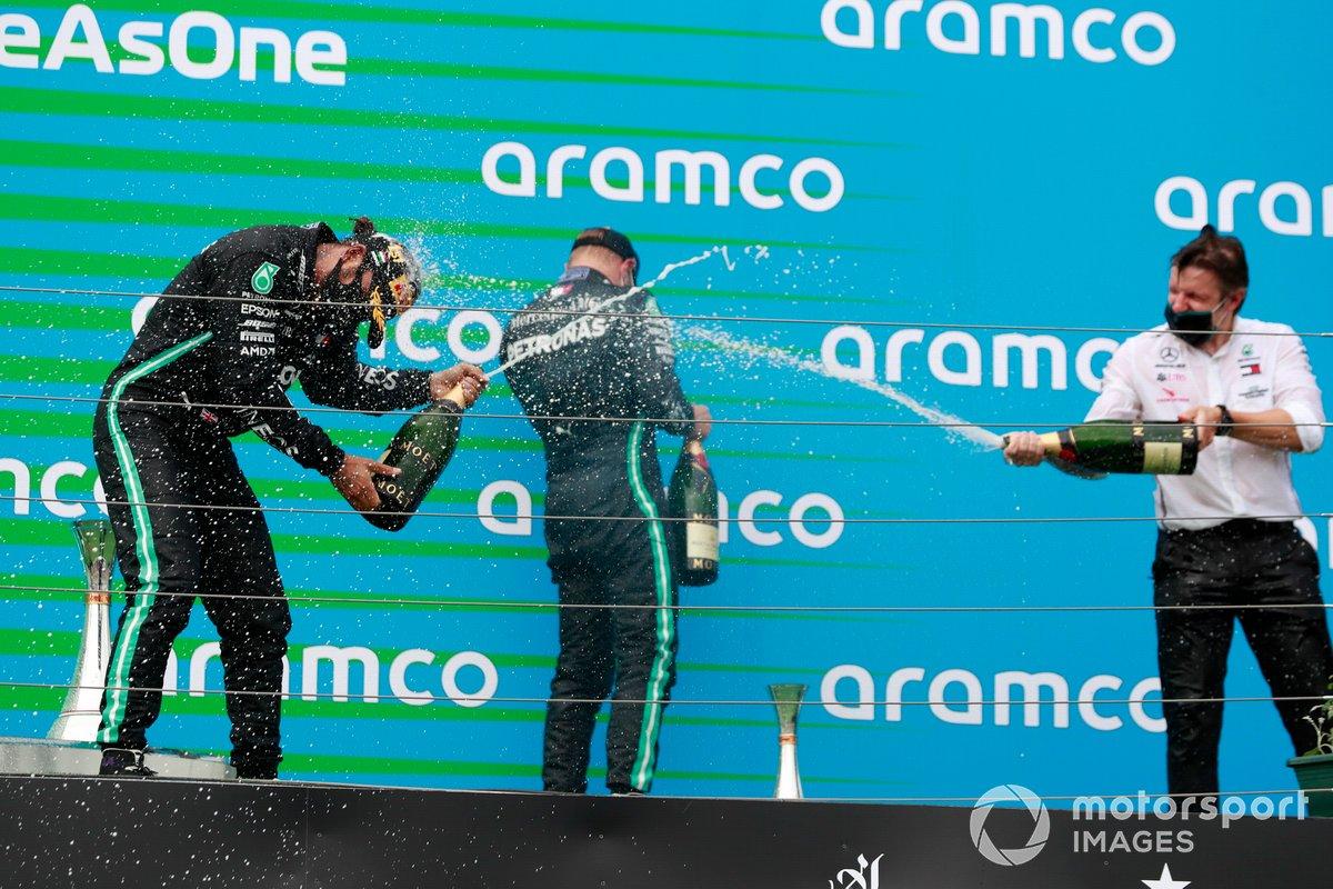 Lewis Hamilton, Mercedes-AMG Petronas F1, e Valtteri Bottas, Mercedes-AMG Petronas F1, spruzza champagne sul podio
