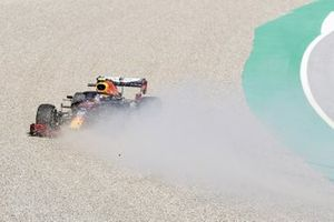 Alex Albon, Red Bull Racing RB16, spins into the gravel