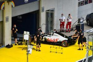La Haas VF-20 diRomain Grosjean portata dentro al garage dalla FIA per l' ispezione tecnica