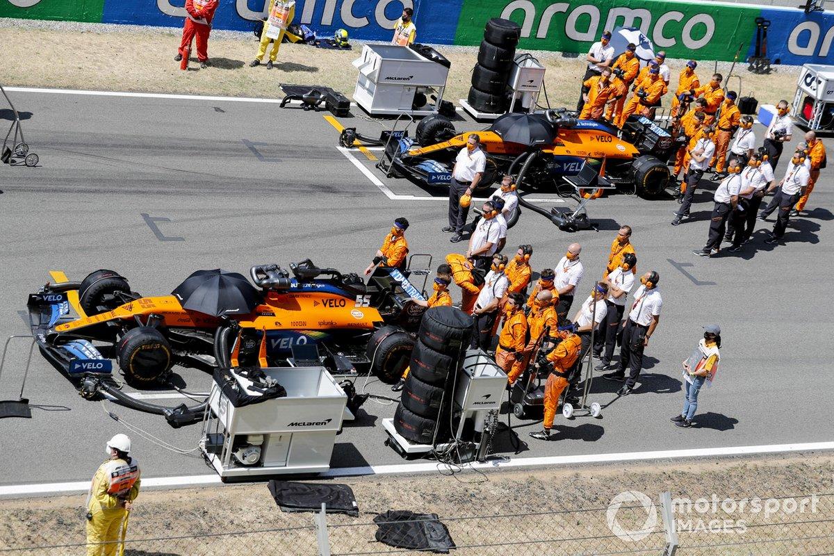 Auto di Carlos Sainz Jr., McLaren MCL35 e Lando Norris, McLaren MCL35 sulla griglia