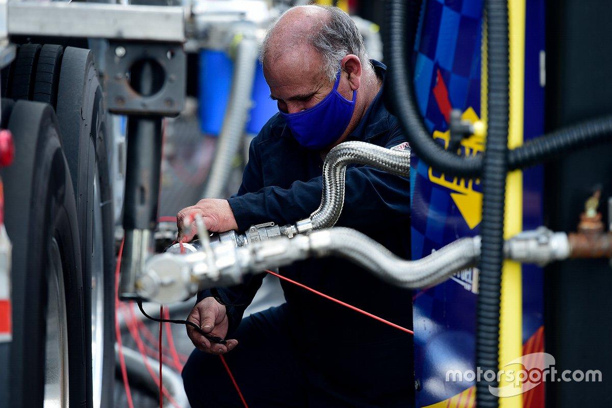 Los trabajadores de Sunoco cargan combustible para las carreras un día antes de la Copa Nascar