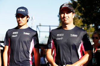 Sergio Perez, Racing Point, et Lance Stroll, Racing Point, dans le paddock