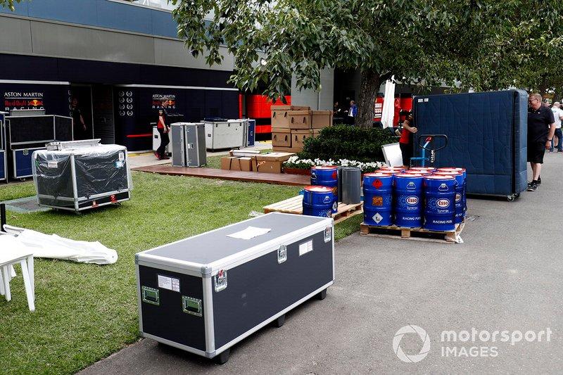 L'equipaggiamento imballato della RedBull fuori dal garage