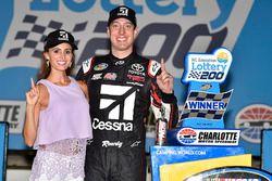 Ganador de la carrera Kyle Busch, Kyle Busch Motorsports Toyota con su esposa Samantha