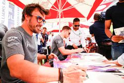 Fernando Alonso, McLaren y Stoffel Vandoorne, McLaren, con fans