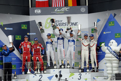 Podio GTE-Pro: i vincitori della gara #67 Ford Chip Ganassi Racing Ford GT: Andy Priaulx, Harry Tinc