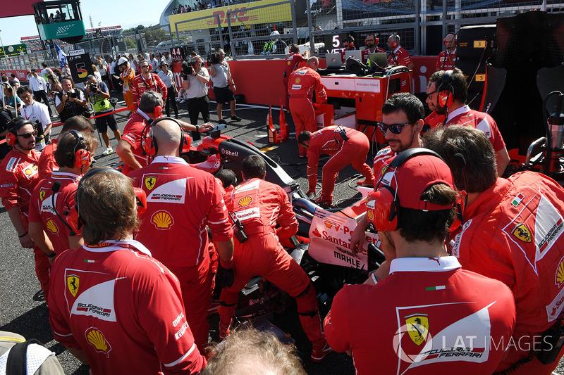 Buji sorunu Sebastian Vettel'in Lewis Hamilton'la mücadele etme şansını kaybetmesine neden oldu