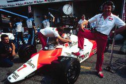 Diseñador jefe de McLaren John Barnard con el Ford de McLaren MP4/1B