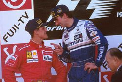Podium : le vainqueur et champion du monde 1996 Damon Hill, Williams Renault; le second Michael Schumacher, Ferrari
