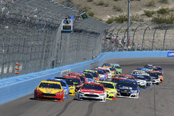 Arrancada: Joey Logano, Team Penske Ford, Ryan Blaney, Wood Brothers Racing Ford líder