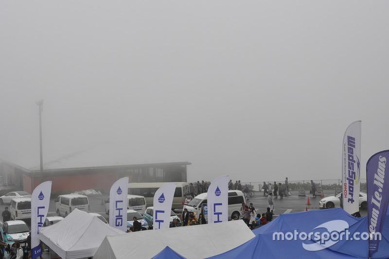 濃い霧に包まれた富士スピードウェイ