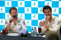 Nico Rosberg, Mercedes AMG F1, Toto Wolff, directeur exécutif Mercedes AMG F1