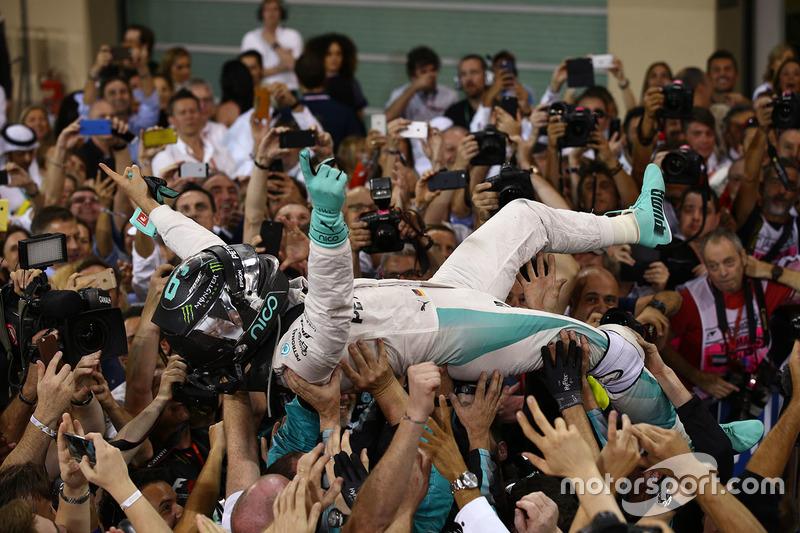 Segundo lugar y nuevo campeón mundial Nico Rosberg, de Mercedes AMG Petronas F1 celebra en parc ferme