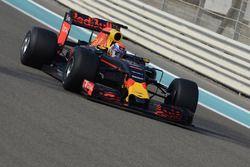 Max Verstappen, Red Bull Racing 2017 Pirelli lastiklerini test ediyor