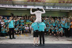 Nico Rosberg, Mercedes AMG F1 celebrates his World Championship with the team