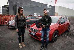 Andrea Dovizioso riceve la sua SEAT Leon CUPRA e un seggiolino