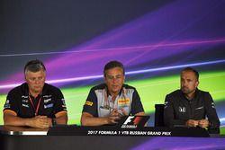 Otmar Szafnauer, directeur d'exploitation Force India, Mario Isola, directeur de la compétition Pirelli en conférence de presse