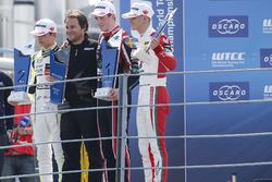 المنصة: الفائز بالسباق جويل إريكسون، موتوبارك، المركز الثاني لاندو نوريس، كارلين، المركز الثالث ميك