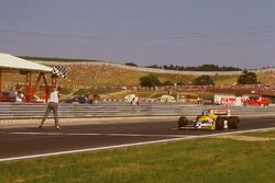 Nelson Piquet, Williams FW11B Honda takes the chequered flag for victory