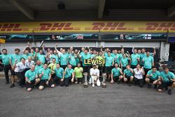 Le vainqueur Lewis Hamilton, Mercedes AMG F1, fête la victoire avec son équipe