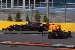 Jolyon Palmer, Renault Sport F1 Team RS17, Romain Grosjean, Haas F1 Team VF-17 crashen in de eerste