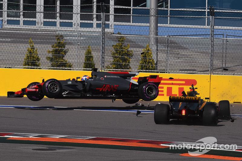 Авария: Джолион Палмер, Renault Sport F1 RS17, и Ромен Грожан, Haas F1 VF-17