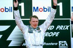 Podio: ganador de la carrera Mika Hakkinen, McLaren Mercedes