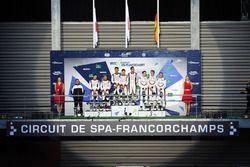 Podio LMP1: Ganadores de la carrera Anthony Davidson, Sébastien Buemi, Kazuki Nakajima, Toyota Gazo