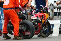 La moto endommagée de Stefan Bradl, Honda World Superbike Team