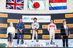 Podium: winnaar Nobuharu Matsushita, ART Grand Prix, tweede Oliver Rowland, DAMS, derde Nyck De Vrie