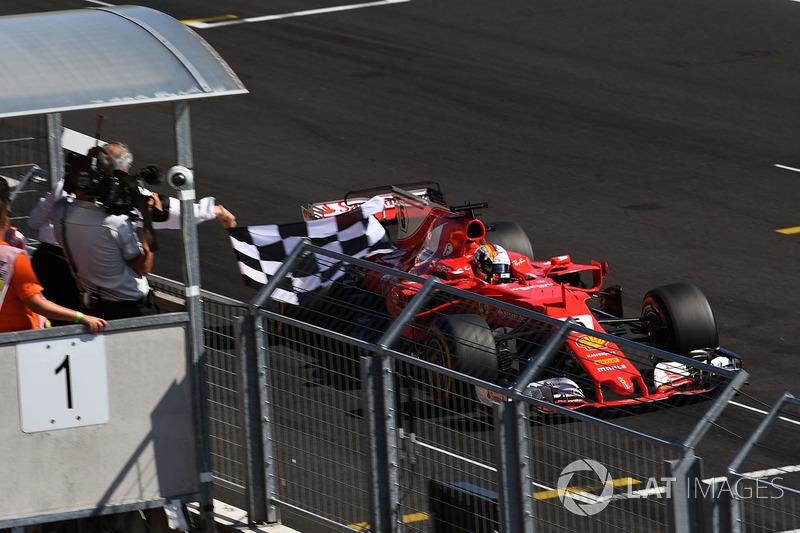 Il vincitore della gara Sebastian Vettel, Ferrari SF70-H prende la bandiera a scacchi
