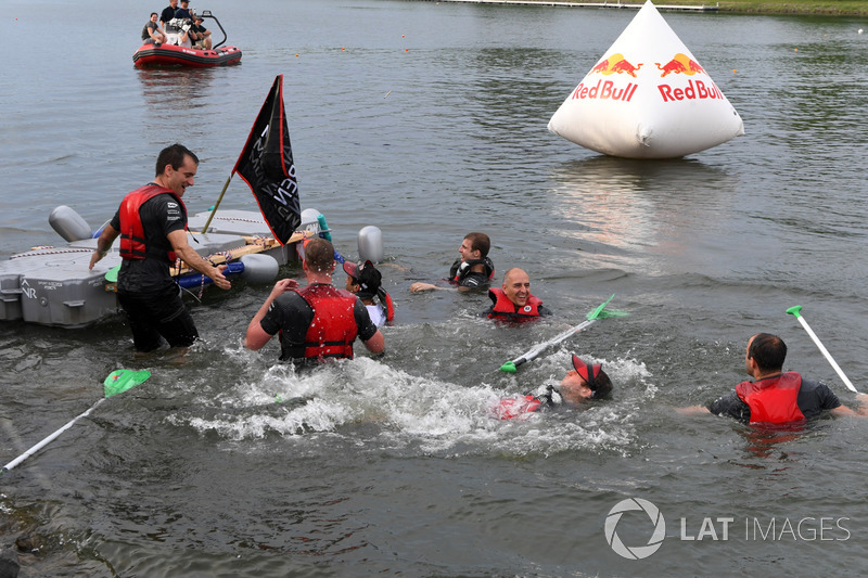 Команда Red Bull Racing в гонке на плотах