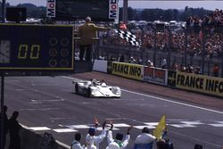Checkered flag for Pierluigi Martini, Yannick Dalmas, Joachim Winkelhock, BMW V12 LMR