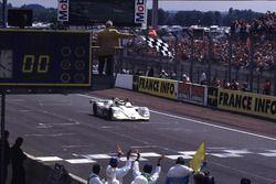 Пьерлуиджи Мартини, Янник Дальма и Йоахим Винкельхок, BMW V12 LMR финишируют в гонке