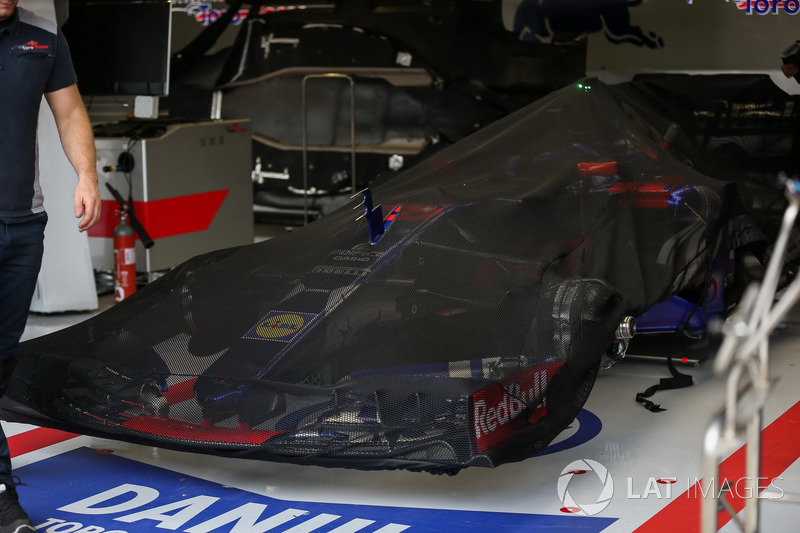 Scuderia Toro Rosso STR12 en el garaje