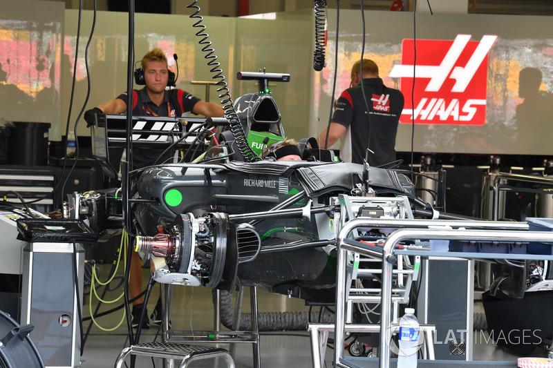 Haas F1 Team VF-17 nel garage