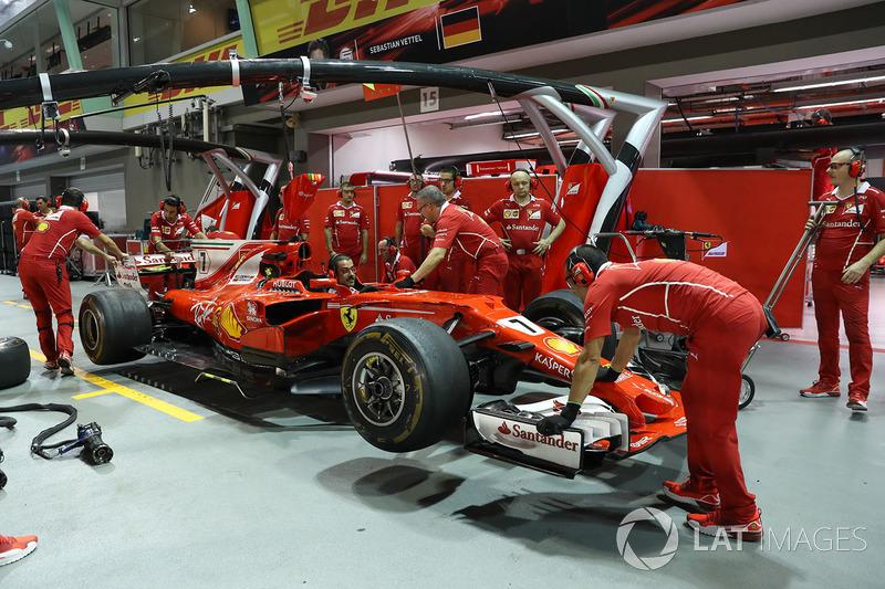 Ferrari SF70H und Mechaniker
