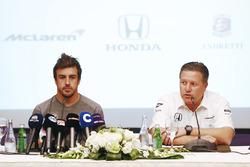 """Фернандо Алонсо и Зак Браун, исполнительный директор, McLaren Technology Group, во время объявления об участии Алонсо в гонке """"500 миль Индианаполиса"""" с командой Andretti Autosport в 2017 году"""