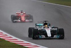 Lewis Hamilton, Mercedes AMG F1 W08, vor Sebastian Vettel, Ferrari SF70H
