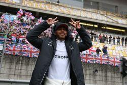 Lewis Hamilton, Mercedes AMG, feier vor der Tribüne mit britschen Flaggen