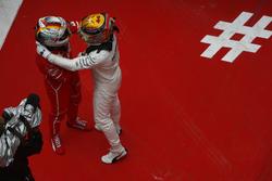 Победитель Льюис Хэмилтон, Mercedes AMG F1, и обладатель второго места Себастьян Феттель, Ferrari