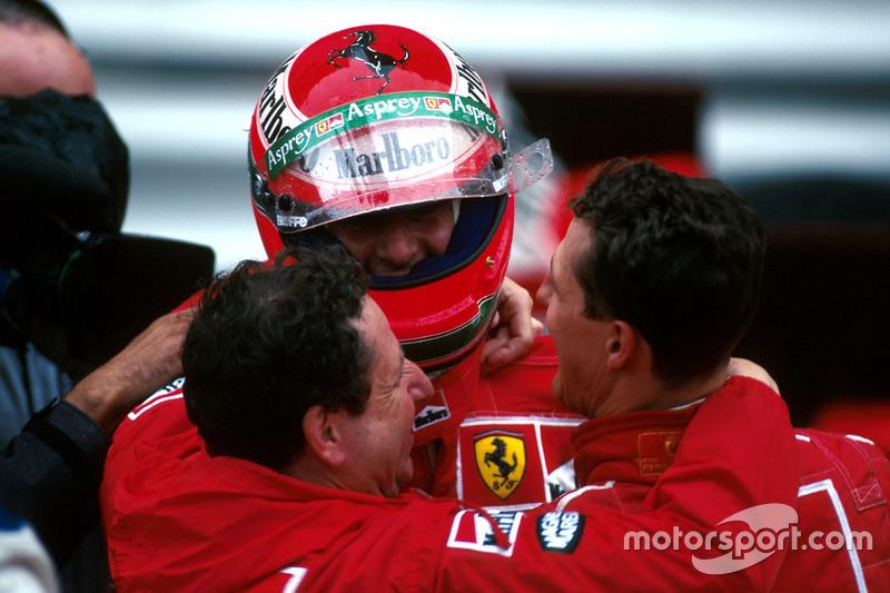 Ganador de la carrera Michael Schumacher, Ferrari F310B y Jean Todt abrazoa Eddie Irvine, Ferrari F3