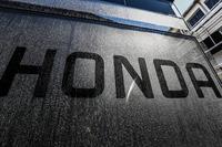 Лого Honda на транспортерах McLaren