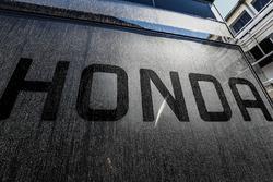 Логотип Honda на трейлерах McLaren
